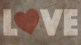 Amour écrit sur un mur criqué Photographie stock libre de droits