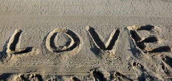 AMOUR énorme des textes sur le sable de la plage en été Photos stock