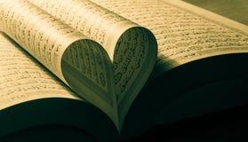 Amour affichant le quran images libres de droits
