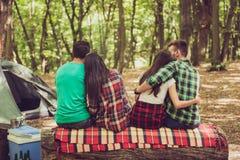 Amour, amitié, amusement, nature et concept de loisirs Fermez-vous vers le haut de l'arrière Photographie stock