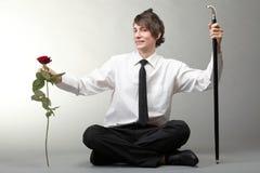 Amour amoureux de jeune homme et de rose de verticale Photo libre de droits