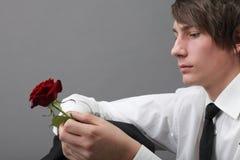 Amour amoureux de jeune homme et de rose de verticale Photographie stock libre de droits