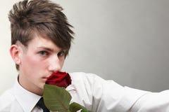 Amour amoureux de jeune homme et de rose de verticale Photo stock