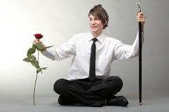 Amour amoureux de jeune homme et de rose de verticale Image libre de droits