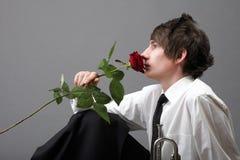 Amour amoureux de jeune homme et de rose de verticale Photos libres de droits