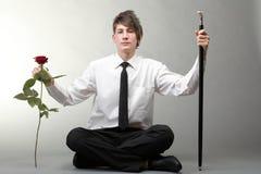 Amour amoureux de jeune homme et de rose de verticale Images stock