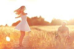 Amour au champ de blé de coucher du soleil Images libres de droits