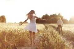 Amour au champ de blé de coucher du soleil Photo libre de droits