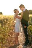 Amour au champ de blé de coucher du soleil Image libre de droits