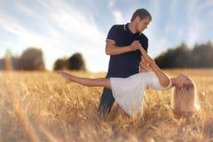 Amour au champ de blé de coucher du soleil Photos libres de droits