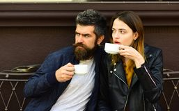 Amour au concept urbain de cafétéria Le couple dans l'amour boit de l'expresso Image stock