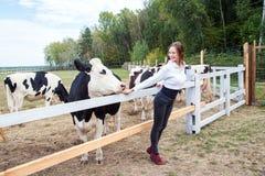 amour aux animaux Regard de vache et de fille à l'un l'autre Photo stock