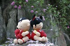 Amour avec des pétales de rose Photo stock