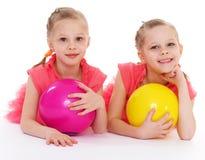 Amour avec du charme de deux soeurs pour jouer la boule. Photo stock