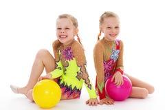 Amour avec du charme de deux soeurs pour jouer la boule. Images stock
