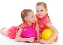 Amour avec du charme de deux soeurs pour jouer la boule. Photographie stock libre de droits