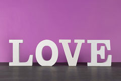 Amour, avec la peinture rose de mur Photos libres de droits