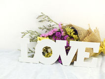 Amour avec le bouquet de fleur Image libre de droits