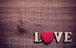 Amour avec le coeur rouge sur le bois Image stock
