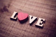 Amour avec le coeur rouge sur le bois Photos libres de droits
