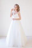 Amour blanc de mariage de robe de mariage de jeune mariée Photo stock