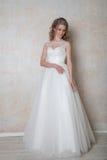 Amour blanc de mariage de robe de mariage de jeune mariée Image libre de droits
