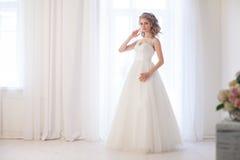 Amour blanc de mariage de robe de mariage de jeune mariée Photographie stock libre de droits