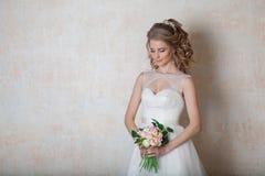 Amour blanc de mariage de robe de mariage de jeune mariée Image stock