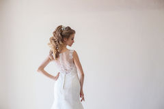 Amour blanc de mariage de robe de mariage de jeune mariée Photos libres de droits