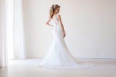 Amour blanc de mariage de robe de mariage de jeune mariée Photo libre de droits