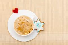 Amour blanc de symbole de coeur d'étoile de gâteau de pain d'épice de Noël de café de tasse Images stock