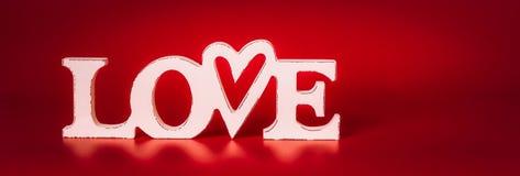 Amour blanc de Word sur le fond rouge, vue de face Image libre de droits