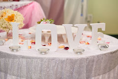 AMOUR blanc en bois de lettres sur la table Décor de mariage Image stock