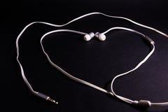 Amour blanc Musi de métaphore de symbole de forme de coeur d'écouteurs d'écouteurs Photographie stock