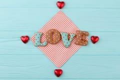Amour bleu et brun de lettres des biscuits Photos libres de droits