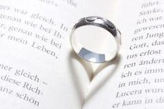 Amour, coeur, livre, anneau Image stock