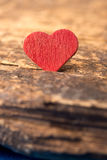 Amour : Coeur rouge sur le bois Images libres de droits