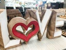 Amour coloré de mot et coeur rouge Image stock