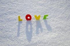 Amour coloré de mot sur la neige de l'hiver Images libres de droits