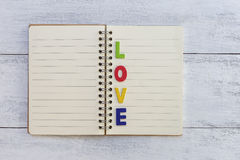 Amour coloré sur le carnet vide Photos stock