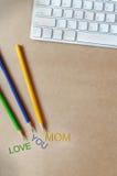 Amour coloré vous mots de maman sur le bureau fonctionnant Images libres de droits