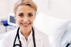 Amour commis brillant de femme fonctionnant dans l'hôpital Photographie stock