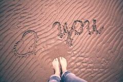 Amour conceptuel vous avec le fond aux pieds nus de la femme Photographie stock