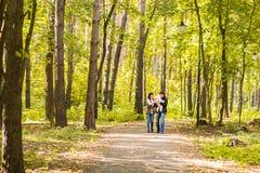 Amour, condition parentale, famille, saison et concept de personnes - les ajouter de sourire au bébé en automne se garent Photos libres de droits