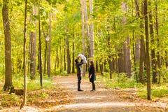 Amour, condition parentale, famille, saison et concept de personnes - les ajouter de sourire au bébé en automne se garent Photo libre de droits