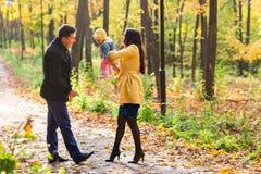 Amour, condition parentale, famille, saison et concept de personnes - les ajouter de sourire au bébé en automne se garent Image libre de droits