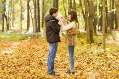 Amour, condition parentale, famille, saison et concept de personnes - les ajouter de sourire au bébé nouveau-né en automne se gar Photo stock