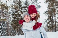 Amour - couple heureux ayant rire heureux de sourire d'amusement ensemble des vacances romantiques Jeune homme donnant sur le dos Images stock