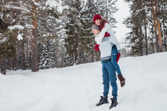 Amour - couple heureux ayant rire heureux de sourire d'amusement ensemble des vacances romantiques Jeune homme donnant sur le dos Photographie stock libre de droits