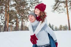 Amour - couple heureux ayant rire heureux de sourire d'amusement ensemble des vacances romantiques Jeune homme donnant sur le dos Photo libre de droits